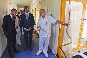 Zleva předseda vlády Andrej Babiš (ANO) společně s ministrem zdravotnictví Adamem Vojtěchem (za ANO) navštívil 16. října 2019 pražskou Nemocnicí Na Bulovce.