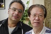 Mistři krejčí Sandy a Liu z krejčovského salonu Star Tailors (Hvězdní Krejčí) z Hong Kongu.