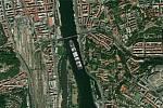 Kontejnerovou loď Ever Given, která téměř týden blokovala Suezský průplav, se podařilo uvolnit. Jaké místo by obří plavidlo zabralo pod Vyšehradem? Foto: http://evergiven-everywhere.glitch.me/
