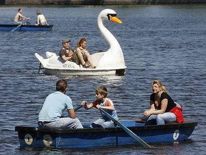 JÍZDA NA VLTAVĚ. Oblíbeny jsou zatím projížďky parníkem anebo zapůjčenou pramicí, lodičkou ve tvaru labutě či šlapadlem. O tento druh zábavy je zájem především za krásného slunečného počasí. Záhy se možnosti rozšíří o přívoz a také lodní spojení mezi ostr