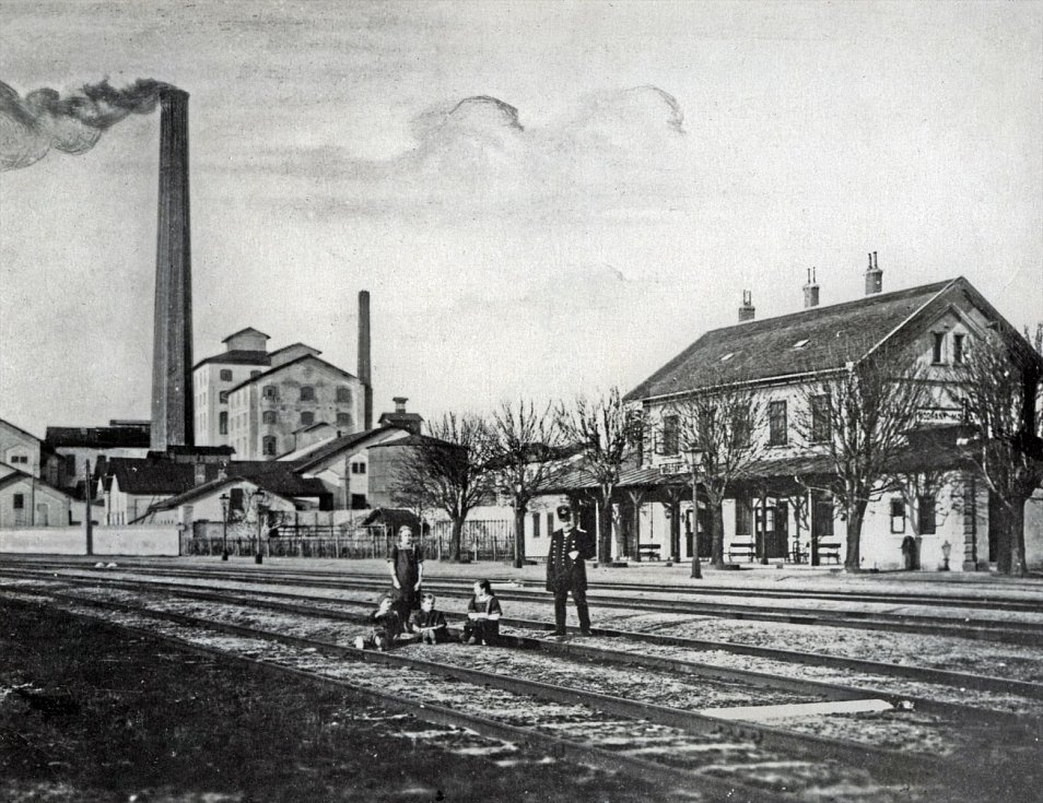 Trať v Modřanech v prvních měsících sloužila výhradně cukrovaru. Teprve 1. března 1882 byla slavnostně zahájena i pro veřejnost a do Modřan přijel první osobní vlak.