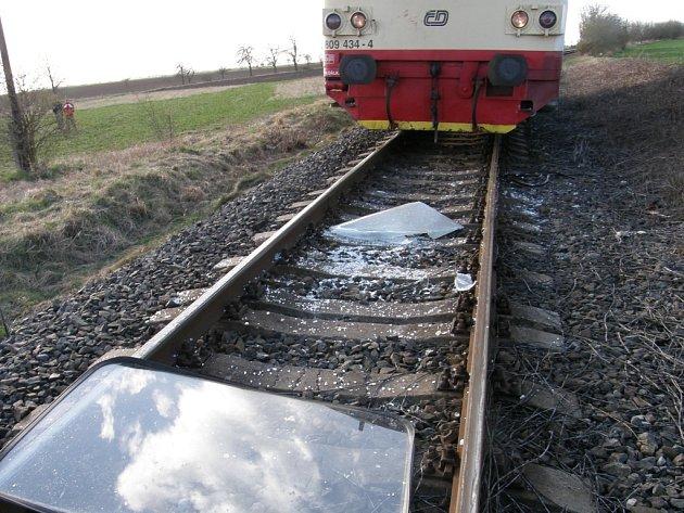 Mezi Moravskými Bránicemi a Ivančicemi srazil vlak auto. Lidi vozí autobusy