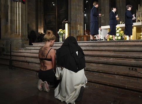 Aktivistka Aneta Petani narušila mši celebrovanou kardinálem Dominikem Dukou v katedrále sv. Víta, Václava a Vojtěcha.