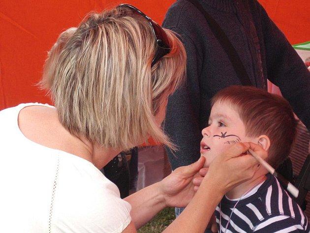 Na trzích na náměstí Jiřího z Poděbrad si mohly děti nechat namalovat na tvář, co je napadlo.