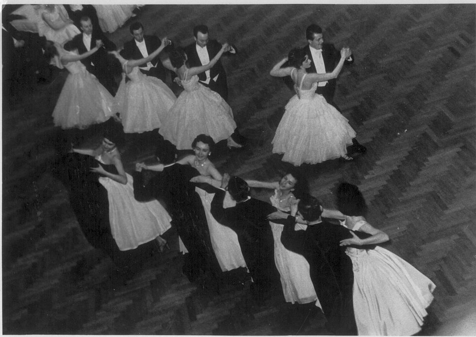Z tanečního kurzu Dr. Chrastila: předtančení ve Sladkovského sále Obecního domu v Praze.