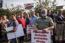Zástupci občanských sdružení Stop Kamionům-Iniciativa za dostavbu Pražského okruhu a SOS Spořilov blokovali v polovině září provoz.