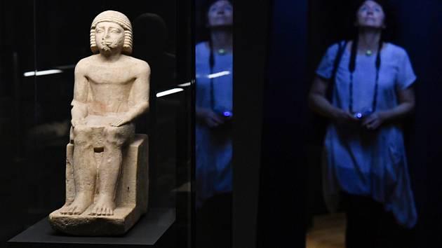 Výstava Sluneční králové - Národní muzeum v Praze představilo 30. srpna 2020 výstavu Sluneční králové. Vlevo je socha sedícího hodnostáře Nefera z pohřebního komplexu panovníka Pepiho I.