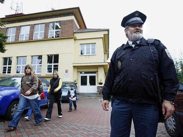 POD DOHLEDEM. Před Základní školou v Prachovické ulici ve Vinoři teď hlídkuje strážník.