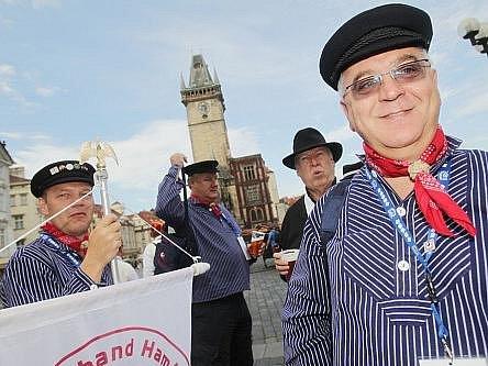 Na pražském Staroměstském náměstí se ve čtvrtek konal sraz Dánů z celého světa.