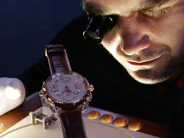 Mohelnický hodinář Luděk Seryn představil nejdražší náramkové hodinky, které kdy byly v Čechách vyrobeny. Zlaté hodinky Imperátor, deko¬rovány prvky inspirované starověkým Římem. Cena hodinek je 1,9 milionů Kč.