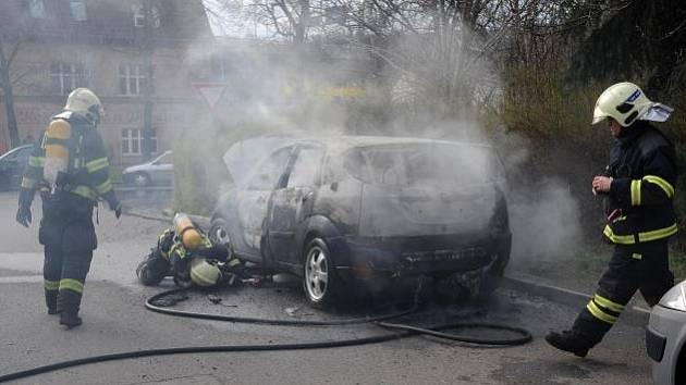 Zcela zničen byl osobní automobil Ford Focus, který zachvátil požár v ulici Na Mlejnku v pražském Braníku.