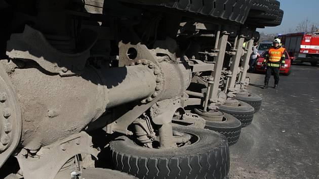 Převrácený kamion. Ilustrační foto.
