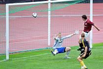 PRVNÍ BRANKA. Sparťan Putz nedal tváří v tvář  hostujícímu gólmanovi šanci.