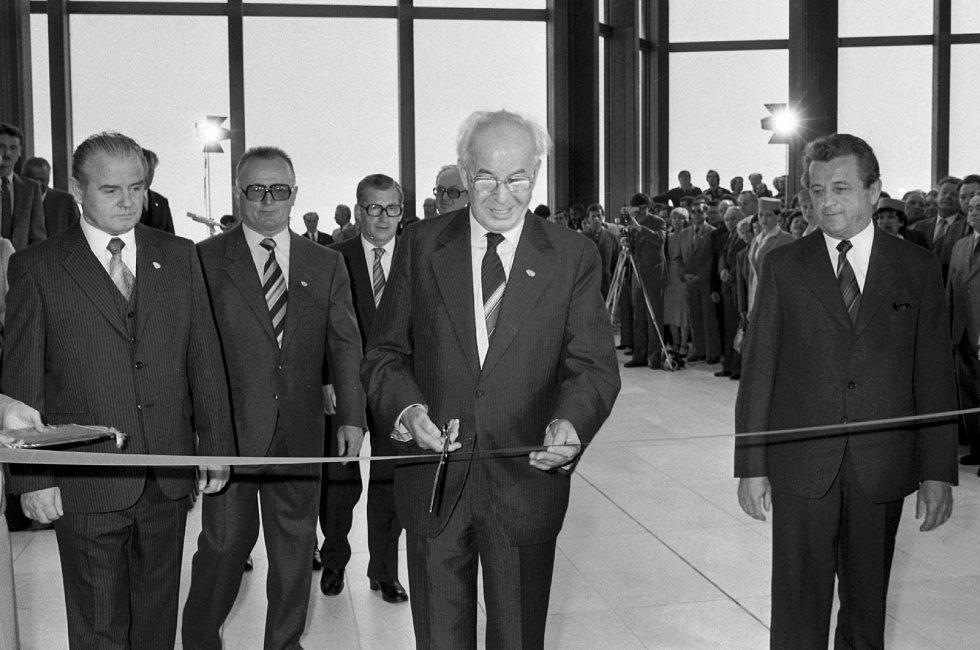 Generální tajemník ÚV KSČ a prezident ČSSR Gustáv Husák (uprostřed) při slavnostním otevření Paláce kultury 2. 4. 1981.