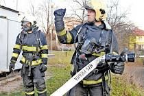 HOKEJISTÉ Sparty si vyzkoušeli práci záchranných složek. Na snímku je v hasičském úboru kanonýr Petr Tenkrát.
