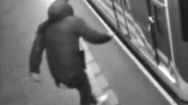 Muž minul metro, spadl do kolejiště