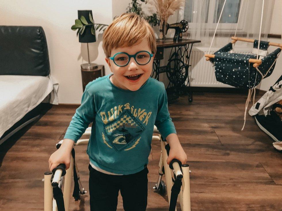 Oliver trpí Angelmanovým Syndromem.