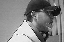 ZÁZNAM Z KAMERY. Jesenický bankovní lupič chodil do loupežné akcezásadně ve své žluté mikině.