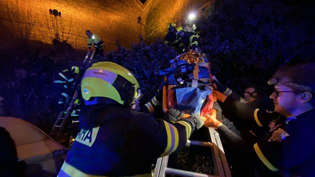Žena spadla z vyšehradských hradeb, hasiči ji transportovali do sanitního vozu.