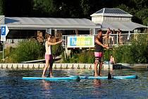 Žluté lázně nabízejí spoustu zábavy. Paddleboard.