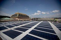 Solarni panely na střeše provozní budovy Národního divadla 25. května v Praze.