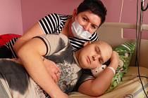 Maminka Julie Smetková se snaží být se svým šestnáctiletým synem Matějem v nemocnici před transplantací kostní dřeně co nejvíce.