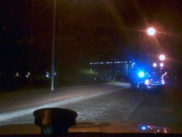 Opilý řidič ujížděl policistům i přes pole.
