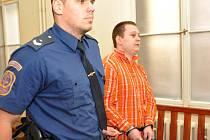 Z pokusů o dvě vraždy bezdomovců se před Městským soudem v Praze zpovídal 24letý Jan Mokrý. 12. dubna 2014 v noci napadl s nožem v ruce spícího bezdomovce v Libni, 28. června 2014 pak pořezal na ruce spícího bezdomovce v parku před hlavním nádražím.
