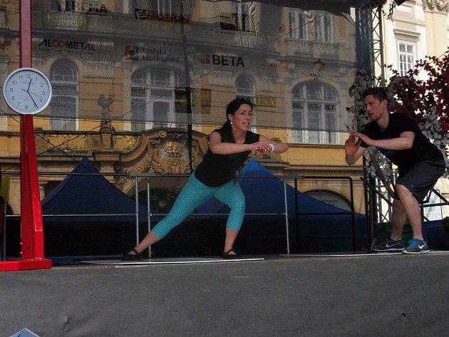 Artisté pracující s lidským tělem. I to bylo k vidění jako součást velikonočního programu na Staroměstském náměstí v Praze. Čeština v přihlížejícím davu byla slyšet jen velmi vzácně.