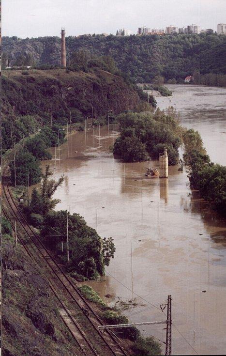 Povodně z roku 2002 v Praze. Na fotce je silnice na Roztoky už pod vodou.