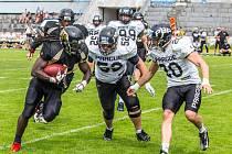 Na míči. Více sil ušetřili pro zápas s Black Panthers fotbalisté Pardubice Stallions.
