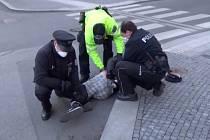 Pražští strážníci a policisté zakročili proti muži, který si odmítl u stadionu Sparty zakrýt dýchací cesty.