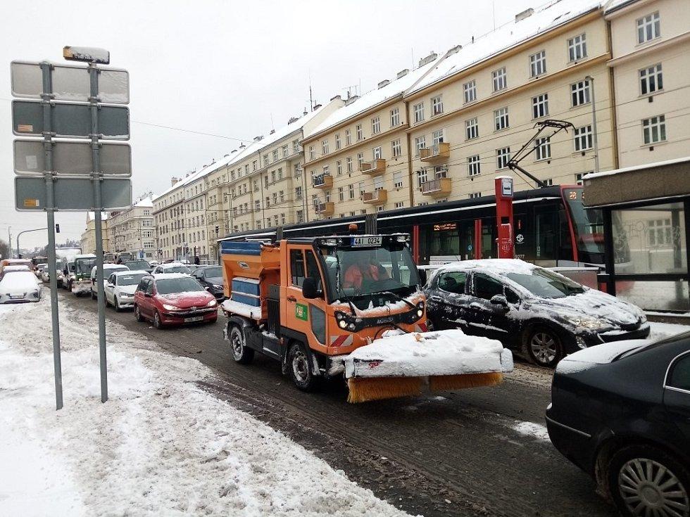 Sněhová kalamita způsobila 8. února 2021 problémy v dopravě. Na snímku je ucpaná Evropská ulice.