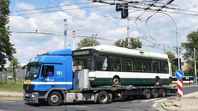 Trolejbus Škoda 24 Tr na cestě z Plzně do Prahy.