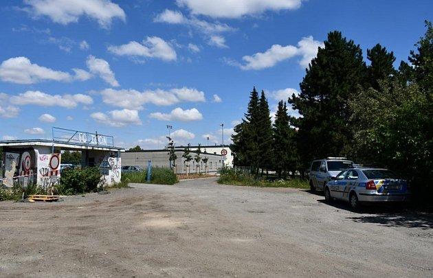 U fotbalového hřiště na Zličíně byl nalezen mrtvý muž.