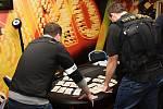 Celní úřad pro hl. m. Prahu uspořádal ve čtvrtek razii proti nelegálnímu hazardu vprovozovně Café Bar Cotton Club vDejvicích.