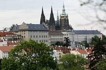 HRADČANY. Turisté jezdí do Prahy obdivovat především její historické památky.