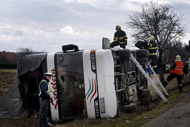 Litevský patrový autobus havaroval 27. března na silnici mezi Nupaky a Čestlicemi nedaleko Prahy.