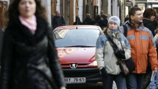 BEZ OMEZENÍ. Křižovatka na Královské cestě, kudy proudí davy turistů, nemá zatím žádné dopravní omezení, které by nutilo řidiče zpomalit.