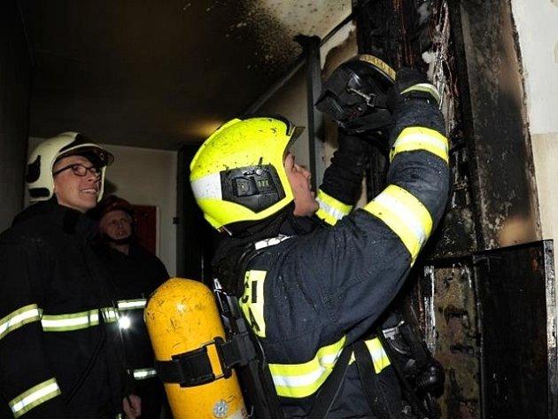 Požár elektroinstalace v panelovém domě v Kuželově ulici v pražských Letňanech.