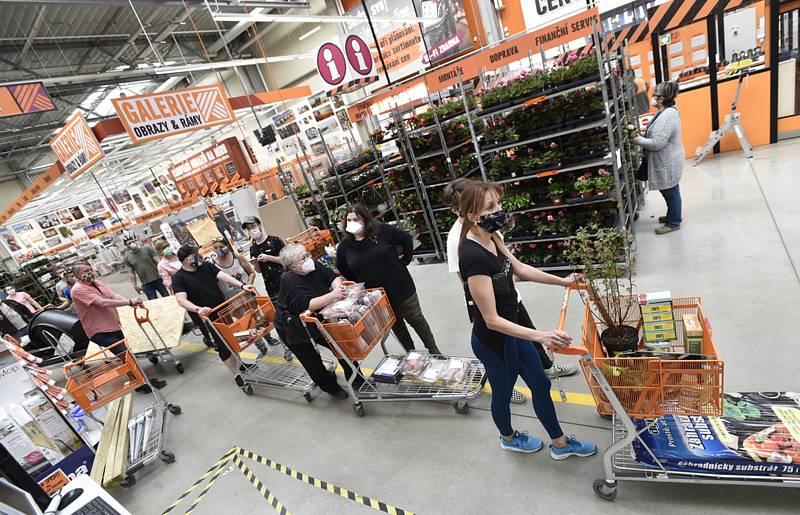 Změny opatření během epidemie koronaviru týkající se otevření některých obchodů o velikonočních svátcích využili 11. dubna 2020 návštěvníci centra Hornbach v městské čtvrti Velká Chuchle v Praze.