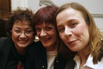 TŘI POSTAVY, TŘI OSUDY. Zleva Jana Boušková, Taťjana Medvecká a Petra Špalková před premiérou Mikve.