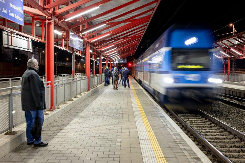 Poslední vlaky projely zastávkou Praha-Strašnice mezi vršovickým nádražím a Hostivaří v sobotu 12. prosince 2020 po 23. hodině.