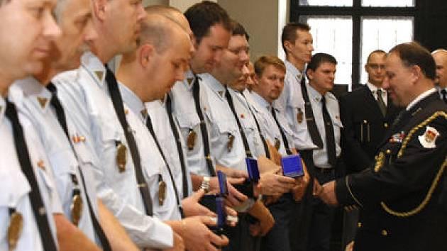 MEDAILE. Ředitel městské policie Vladimír Kotrouš ocenil v Brožíkově sálu Staroměstské radnice na dvě stovky pražských stážníků.