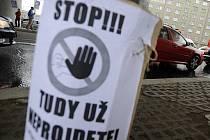 """Happening """"Pozor, tunel!"""", který chce upozornit obyvatele Libně na problémy, které by jim měl údajně způsobit tunel Blanka 2., se konal 12. října pod železničním mostem v ulici Na Žertvách v Praze. Akci uspořádalo sdružení Auto*Mat."""
