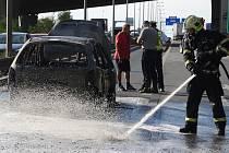 V Praze shořelo auto. Nehoda blokovala provoz. Požár dostali hasiči rychle pod kontrolu.