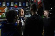 Basketbalové utkání Kooperativa NBL mezi celky USK Praha a ČEZ Basketball Nymburk 2.února v Praze. Jiří Zídek slaví 75. let, vpravo Šimon Sedlařík.