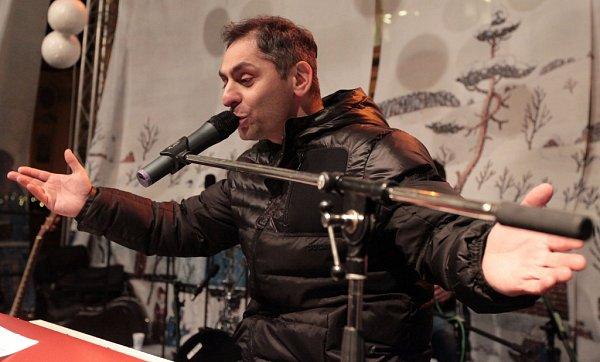 Zpěvák Vlastimil Horváth při zpívání koled sDeníkem na Staroměstském náměstí vPraze.