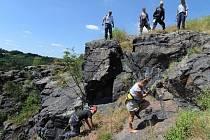 Hasiči vyprošťovali ženu ze šestimetrové hloubky s pomocí lezecké techniky.