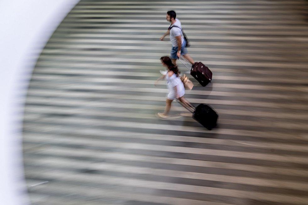 Ilustrace pražského hlavního nádraží, 10. srpna. Hlavní nádraží, Wilsonovo, cestující, spěch, turista, zavazadla, kufr, kufry, pospíchání